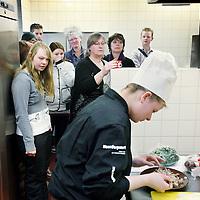 Nederland, Groningen , 12 februari 2010..Wereldkampioenschap Snertkoken en het Wereldkampioenschap Stamppotkoken is op 12 februari 2010 om 9.00 uur in het Noorderpoort College, EUROBORG, van Boumaboulevard 113 te Groningen..Op de foto kijken bezoekers van de Snert wedstrijd toe hoe een deelneemster de snertsoep voorbereidt..Foto:Jean-Pierre Jans