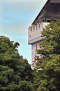 Nederland, Nijmegen, 4-10-2005Een Donjon van steigerpalen van 47 meter hoog is op het Valkhof gebouwd in het kader van de viering van Nijmegen 2000 jaar. Het is een replica in ijzer van de toren die onderdeel was van de Valkhofburcht van Frederik Barbarossa, die rond 1795 is afgebroken en als puin verhandeld is. De Valkhofvereniging ijvert al jaren voor herbouw. Bij de gemeenteraadsverkiezingen van 7 maart 2006 heeft 60% van de bevolking per referendum voor de herbouw gestemd.  Breekpunt is de eis om het park openbaar toegankelijk te houden, hetgeen vrijwel onmogelijk wordt als de toren commercieel geexploiteerd moet worden. Ook de ondergrond zou niet stevig genoeg zijn.Foto: Flip Franssen