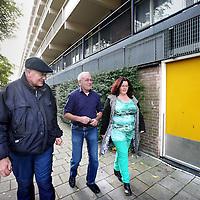 Nederland, Amsterdam , 9 oktober 2013.<br /> Wijkbeheerder van Rochdale Allan maakt samen met sociaal werker Suzanne en een flatbewoner in Amsterdam Noord een rondje door de flat op inspectie naar plekken in het trappenhuis waar aan wildplassen wordt gedaan.<br /> Foto:Jean-Pierre Jans