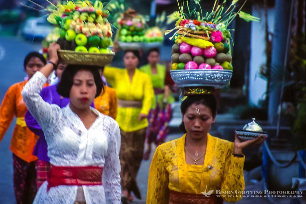 Bali, Tabanan, Bedugul. Women on their way to the temple with offerings to the gods. In the temple the offerings will be blessed and then brought back home to be eaten.