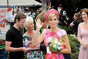 Zijne Majesteit Koning Willem-Alexander en Hare Majesteit Koningin Máxima bezoeken de provincie Flevoland.Koning en Koningin maken een wandeling naar de lokale markt en koningin Maxima proeft dfe aardbeien<br /> <br /> His Majesty King Willem-Alexander and Máxima Her Majesty Queen visits the province of Flevoland.King and Queen stroll to the local market and queen Maxima taste dfe strawberries