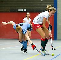 ARNHEM - Duel tussen Rosalie de Beer (r) van MOP en Elselieke van Aken (HGC) , MOP dames tijdens de eerste dag van de zaalhockey competitie in de hoofdklasse, seizoen 2013/2014. COPYRIGHT KOEN SUYK