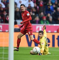 BILDET INNGÅR IKEK I FASTAVTALER. ALL NEDLASTING BLIR FAKTURERT.<br /> <br /> Fotball<br /> Tyskland<br /> Foto: imago/Digitalsport<br /> NORWAY ONLY<br /> <br /> Fussball 1. Bundesliga Saison 2015/2016 14. Spieltag FC Bayern München - Hertha BSC Berlin 28.11.2015 Robert Lewandowski (li, FC Bayern Muenchen) gegen Torwart Rune Jarstein (re hinten, Hertha)