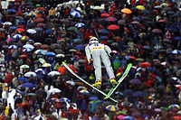 Hopp: 29.12.2001 Oberstdorf, Deutschland,<br />Ein Skispringer über den Zuschauern am Samstag (29.12.2001) bei der Qualifikation zum 1.Springen der Vierschanzentournee in Oberstdorf. <br />Foto: JAN PITMAN/Digitalsport