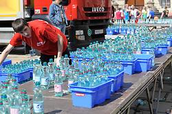 17.04.2011, AUT, Vienna City Marathon 2011, im Bild Wasserstation, tausende Wasserflaschen werden von den Mitarbeitern geöffnet und für die Läufer bereitgestellt, Feature, EXPA Pictures © 2011, PhotoCredit: EXPA/ G. Holoubek