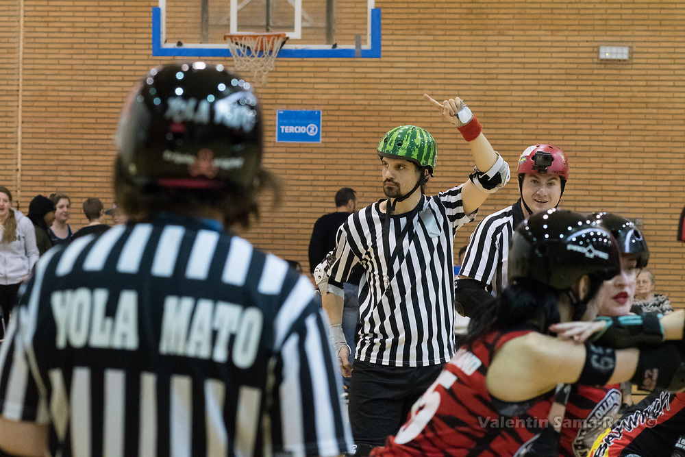 Madrid, Spain. 17th January, 2018. Referee Adrien Bloody, making a signal about the scores during the game between Roller Derby Madrid B and Baywitch Project Nice Roller Derby  held in Madrid. © Valentin Sama-Rojo