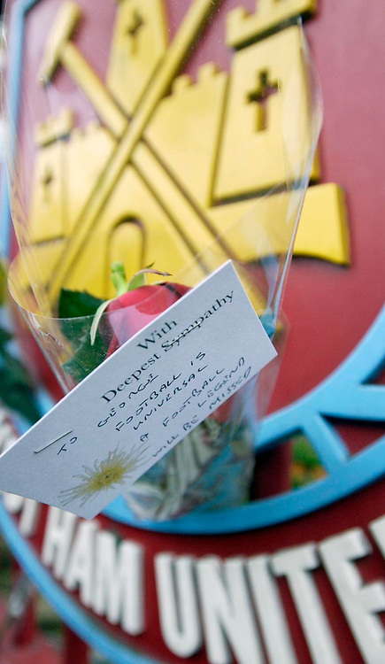 Photo: Daniel Hambury.<br />West Ham United v Manchester United. The Barclays Premiership. 27/11/2005.<br />West Ham's fans join the country in paying respect to the memory of George Best with a single rose at Upton Park.