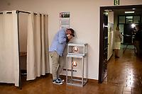 Bialystok, 04.08.2020. Poczatek przedterminowego glosowania w wyborach prezydenckich na Bialorusi w Konsulacie Generalnym Republiki Bialorus w Bialymstoku. Przedterminowe glosowanie w wyborach prezydenckich na Bialorusi rozpoczelo sie dzis (wtorek) i potrwa do soboty. Wlasciwym dniem wyborow prezydenckich jest niedziela 9 sierpnia. Opozycja apeluje do wyborcow, by nie glosowali przed tym dniem, poniewaz wczesniejsze glosowanie umozliwia falszerstwa. N/z dziennikarze polskich mediow w lokalu wyborczym fot Michal Kosc / AGENCJA WSCHOD