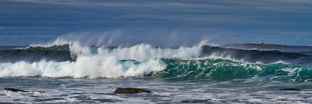 Store bølger på Flø, med Grasøyane fyr i bakgrunnen   Huge waves at Flø-Norway, with Grasøyane Lighthouse in the background.