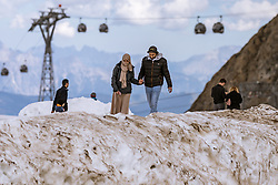 THEMENBILD - Arabische Touristen am Kitzsteinhorn Gletscher an einem heissen Sommertag. Jedes Jahr besuchen mehrere Tausend Gäste aus dem arabischen Raum die Urlaubsregion im Salzburger Pinzgau, aufgenommen am 13. August 2018 in Kaprun, Österreich // Arabic Tourists spend their time during a hot summer day on the top of the Kitzsteinhorn glacier. Every year thousands of guests from Arab countries takes their holiday in Zell am See - Kaprun Region, Kaprun, Austria on 2018/08/13. EXPA Pictures © 2018, PhotoCredit: EXPA/ JFK
