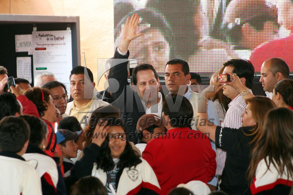 CALIMAYA, México.- Eruviel Ávila Villegas, gobernador del Estado de México estuvo en el Zoológico de Zacango en donde anunció que se creara una subsecretaría de protección a los animales, al mismo tiempo hizo entrega de reconocimientos a diversas organizaciones dedicadas a la protección de animales. Agencia MVT / Crisanta Espinosa. (DIGITAL)