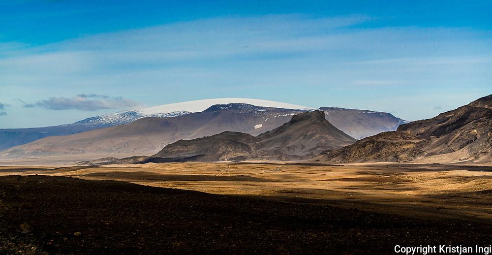 The peak Hádegisfell in Kaldidalur with <br /> the glacier Eiríksjökull in the distance