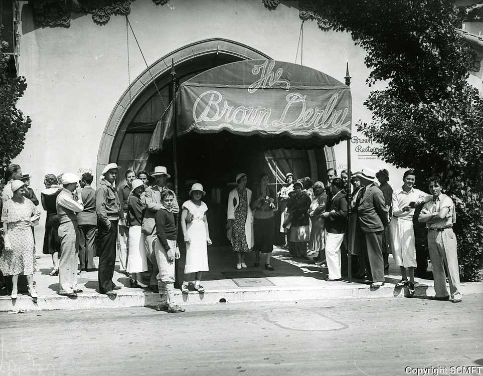 1933 Fans in front of the Brown Derby Restaurant