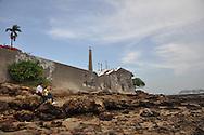 Casco Viejo,El Casco Antiguo o Casco Viejo es el nombre que recibe el sitio adonde fue traslada y vuelta a fundar en 1673 la ciudad de Panamá. Esta nueva ciudad, trazada de forma reticular hacia los cuatro puntos cardinales, se caracterizó por la axialidad de sus calles y póstigos, lo cual le valió ser considerada un modelo clásico de ciudad indiana.Está situada en una pequeña península, rodeada de un manto de arrecifes rocosos, dentro del actual corregimiento de San Felipe. En 1997, el Casco Antiguo de Panamá es incluido en la lista de sitios de Patrimonio de la Humanidad de la UNESCO.©Victoria Murillo/istmophoto.com