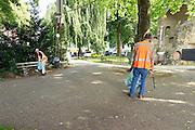 Nederland, Nijmegen, 15-7-2016 Werkers met oranje hesjes aan die met een prikker in de hand zwerfvuil opruimen in Nijmegen. Het zijn de dagloners van Stichting Dagloon Nijmegen. Als tegenprestatie voor het werk ontvangen zij een vrijwilligersvergoeding. Stichting Dagloon Nijmegen is een werkcollectief voor (dreigend) dak- en thuislozen dat in 2004 is opgericht. De grootste groep dagloners woont in een pand van een zorginstelling. Een enkeling kiest ervoor om op straat te leven en ongeveer eenderde woont zelfstandig. Deze mensen hebben meestal financiële schulden, verslavingsproblematiek, een psychiatrische stoornis en of een licht verstandelijke beperking . Foto: Flip Franssen
