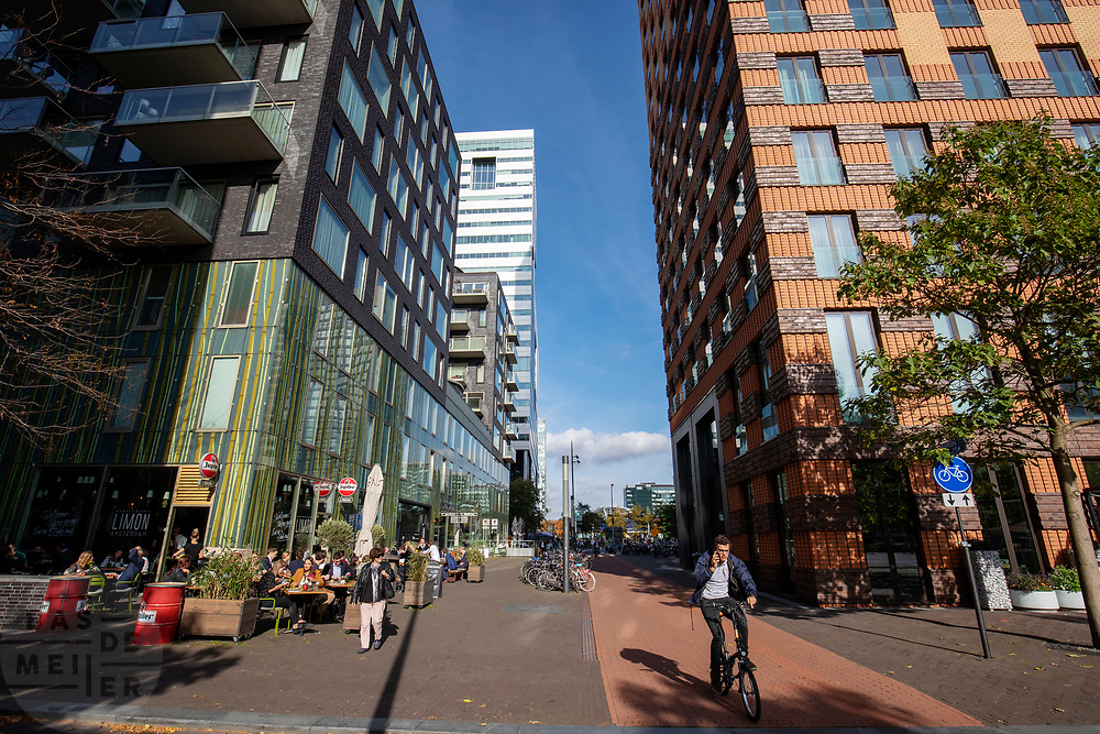 Fietsers in de Zuidas, het financiële centrum in Amsterdam.<br /> <br /> Cyclists at the Zuidas, the financial district in Amsterdam.