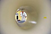 Nederland, Nijmegen, 13-5-2011Een ct-scanner op de afdeling nucleaire geneeskunde van het UMC Radboud. Van een patient wordt een scan gemaakt. De arts praat nog even met de patient.Foto: Flip Franssen