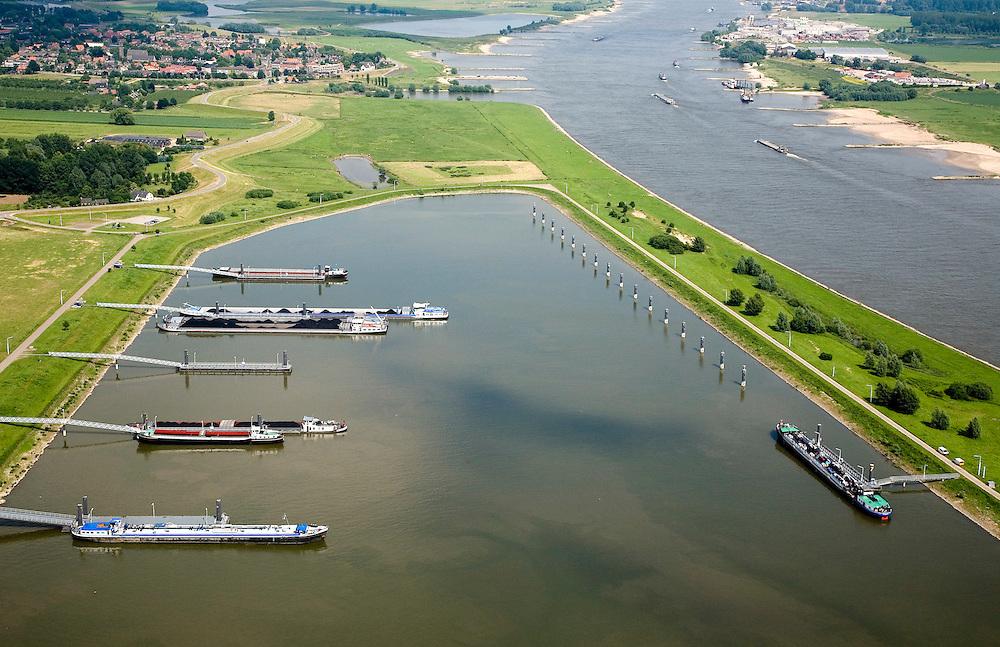 Nederland, Gelderland, Waal, 28-06-2006; luchtfoto (25% toeslag haven voor de binnenvaart nabij IJzendoorn (gemeente Echteld), links aan de horizon het dorpje Ochten; de vluchthaven wordt gebruikt ingeval van calamiteiten en voor reparaties e.d.; de maximale verblijfsduur is drie dagen, daarna worden schippers door Rijkswaterstaat gesommeerd weer te vertrekken; de haven was oorspronkelijk een plas ontstaan door zandwinning; zandwinplas, binnenvaart, infrastructuur; verkeer en vervoer, waterbouw, binnenvaart.luchtfoto (toeslag aerial photo (additional fee required .foto Siebe Swart / photo Siebe Swart