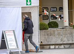 """THEMENBILD - seit 13. März 2020 ist der Zugang zu den Tiroler Spitälern und damit auch zum BKH Lienz nur noch nach vorhergehender """"Triage"""" – zu Deutsch Sichtung, Einteilung, Einstufung – möglich. Bezirkskrankenhaus Lienz, am Samstag 14. März 2020 // Since March 13, 2020, access to the Tyrolean hospitals and thus also to the BKH Lienz has only been possible after prior """"triage"""" - in German, classification, classification. District hospital Lienz, on Saturday March 14, 2020. EXPA Pictures © 2020, PhotoCredit: EXPA/ Johann Groder"""