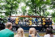Met een parade presenteren de studentenverenigingen van Utrecht, waaronder roeivereniging Triton, zich aan de nieuwe lichting. Vandaag zijn in Utrecht de introductiedagen, onder de noemer UIT, van start gegaan. Eerstejaars studenten maken onder begeleiding van ouderejaars kennis met elkaar en de stad waar ze gaan studeren.<br /> <br /> Students are watching the parade of the societies during the introduction week of the university.