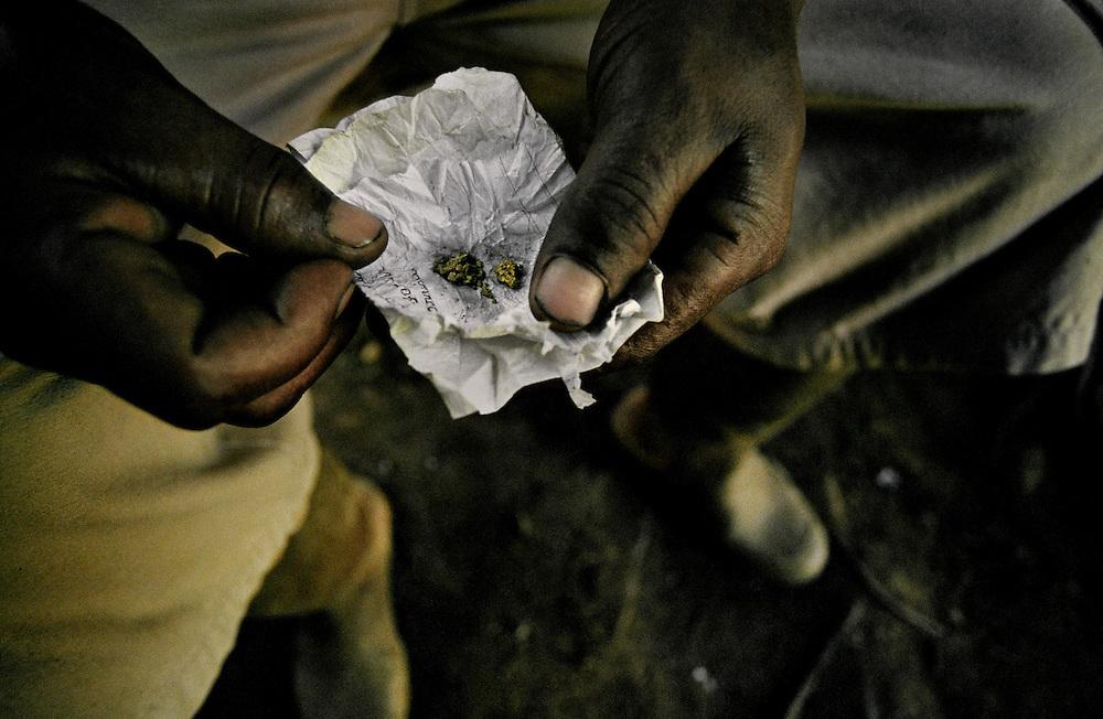 Guyane française, boca do jacare, crique Ipoussing.<br /> <br /> Une quinzaine de grammes d'or: 150 euros. On estime que 300 Kg d'or clandestins sont vendus chaque mois sur la rive bresilienne de l'Oyapock. A Cayenne, la prefecture veut stopper cette activite et lance des actions coup de poing. D'importants stocks de materiels sont saisis et brules depuis le debut de l'offensive prefectorale mais les campements reapparaissent a peine detruits.