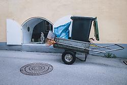 THEMENBILD - verlassener Handwagen mit Gerätschaften eines Straßenkehrers während der Corona Pandemie, aufgenommen am 17. April 2019 in Hallstatt, Österreich // abandoned handcart with the tools of a street sweeper during the Corona Pandemic in Hallstatt, Austria on 2020/04/17. EXPA Pictures © 2020, PhotoCredit: EXPA/ JFK