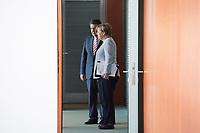 21 JUN 2017, BERLIN/GERMANY:<br /> Sigmar Gabriel (L), SPD, Bundesaussenminister, und Angela Merkel (R), CDU, Bundeskanzlerin, vor der Türe zum Kabinettsaal, vor Beginn der Kabinettsitzung, Bundeskanzleramt<br /> IMAGE: 20170621-01-009<br /> KEYWORDS: Kabinett, Sitzung