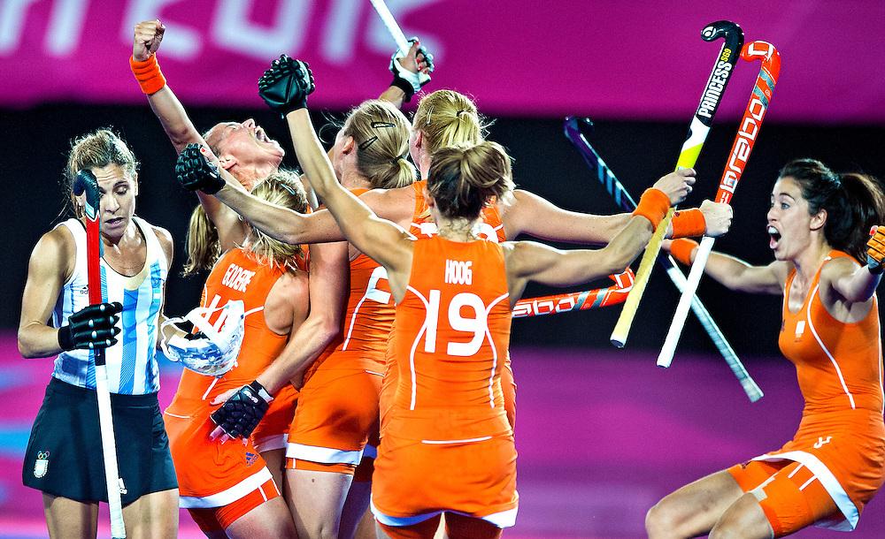 Engeland, Londen, 10-08-2012.<br /> Olympische Spelen.<br /> Hockey, Vrouwen, Finale.<br /> Nederland - Argentinie : 2 - 0.<br /> Maartje Paumen heeft met een strafcorner de 2-0 gescoord en de ontlading is groot. Het goud kan Nederland niet meer ontglippen.<br /> Foto : Klaas Jan van der Weij