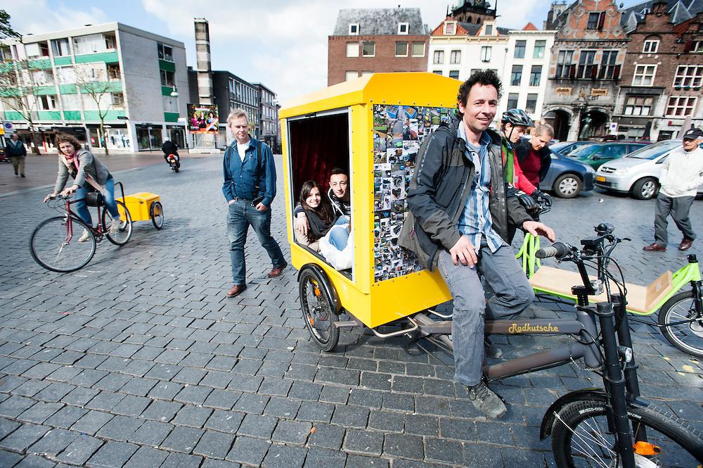 Op de Grote Markt in Nijmegen verzamelen liefhebbers van bakfietsen. In Nijmegen vindt voor de derde keer het International Cargo Bike Festival plaats. Het tweedaags evenement richt zich op het gebruik en de gebruikers van bakfietsen. Bakfietsen worden in heel Europa steeds vaker ingezet, zowel door particulieren als bedrijven. Het is een duurzame vorm van transport en biedt veel voordelen.<br /> <br /> In Nijmegen for the third time the International Cargo Bike Festival is hold. The two-day event focuses on the use and users of cargobikes. Cargo bikes are increasingly being deployed across Europe, both individuals and businesses. It is a sustainable form of transport and offers many advantages.
