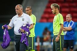 Luiz Felipe Scolari e Neymar Jr. em lance do treino de Brasil antes da partida contra Camarões, válida pela terceira rodada do Grupo A da Copa do Mundo 2014, no Estádio Nacional Mané Garrincha, em Brasília-DF. FOTO: Jefferson Bernardes/ Vipcomm