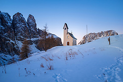 THEMENBILD - THEMENBILD - Das Grödner Joch ist ein 2121 m hoher Gebirgspass in den Südtiroler Dolomiten. Er verbindet Gröden mit dem Gadertal bzw. die Gemeinden Wolkenstein und Corvara. Hier im Bild Cappella di San Maurizio. Aufgenommen am Donnerstag, 13. Dezember 2018 am Grödner Joch, Italien // Passo Gardena; German: Grödnerjoch; Ladin: Ju de Frara or Jëuf de Frea) is a high mountain pass in the Dolomites of the South Tyrol in northeast Italy. At an elevation of 2,136 m (7,008 ft) above sea level, the pass connects Sëlva in the Val Gardena on the west side with Corvara in the Val Badia. The road over it comprises part of the famous Sella Ring, in which four linked passes (Gardena, Sella, Pordoi, and Campolongo) encircle the spectacular Sella group. The route becomes busy with tourists, motorcyclists, and cyclists during the summer. There are tourist accommodations on the pass itself, and hikers visit the pass to access the dramatic Dolomite mountains. Thursday. Sunday, December 13, 2018 Passo Gardena, Italy. EXPA Pictures © 2018, PhotoCredit: EXPA/ Johann Groder