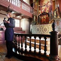 Nederland, Amsterdam , 1 februari 2012..AMSTERDAM – Het museum Ons' Lieve Heer op Solder in Amsterdam heeft van de provincie Noord-Holland een subsidie van 650.000 euro toegekend gekregen. Het geld wordt gebruikt ter ondersteuning van de restauratie en uitbreiding van het pand dat op zolder een rooms-katholieke schuilkerk uit de zeventiende eeuw herbergt..Op de foto Judikje Kiers, directeur van Ons' Lieve Heer op Solder geeft uitleg..Foto:Jean-Pierre Jans