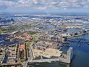 Nederland, Noord-Holland, Amsterdam; 16-04-2021; stadsontwikkeling, nieuwe woonwijk met kunstmatige eilanden op de plaats van de voormalige Houthavens. Links de Spaarndammerbuurt, ingang Spaarndammertunnel, Houthavenpark.  Voorgrond gebouw Pontsteiger.<br /> Urban development, residential area on the site of the former Houthavens.<br /> <br /> luchtfoto (toeslag op standard tarieven);<br /> aerial photo (additional fee required)<br /> copyright © 2021 foto/photo Siebe Swart