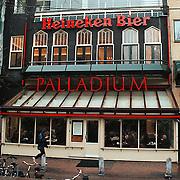 Cafe Palladium met daarboven artiesten societeit de Kring aan het Leidseplein