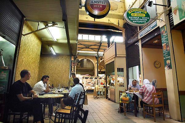 Griekenland, Athene, 5-7-2008Een koffiehuis op de centrale overdekte markt waar vis en vlees verhandeld worden. De mannen drinken amstel en heineken bierFoto: Flip Franssen