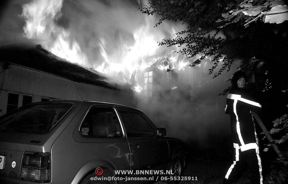 NLD/Naarden/19920802 - Brand Godelindeweg Naarden,3 Dudokvilla's verwoest