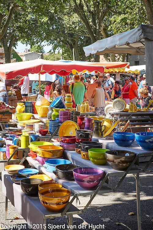 Aardewerk op provençaalse markt in Aups, Frankrijk - Pottery at provençal market in Aups, France