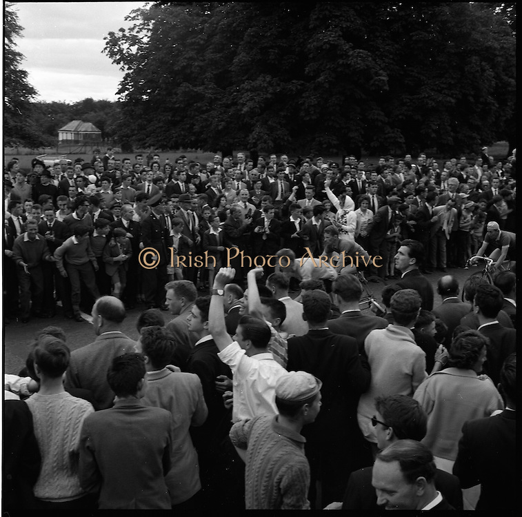 25/06/1961<br /> 06/25/1961<br /> 25 June 1961<br /> Rás Tailteann at Parnell Square, Dublin. The riders approach the finish line. <br /> The Rás Tailteann is an annual 8-day international cycling stage race held in Ireland.