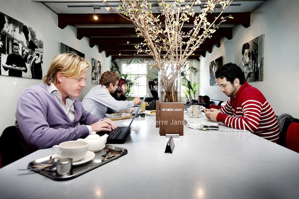 Nederland, Amsterdam , 10 april 2010..De lange koffietafel in De Koffiesalon in de Utrechtse straat..Laptops zijn alleen toegestaan op de eerste etage aan de grote tafel.per i maart is de koffiesalon gestopt met het aanbieden van wifi..Foto:Jean-Pierre Jans