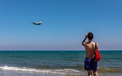 THEMENBILD - Touristen am Strand beobachten die Landung eines Passagierflugzeugs an einem heissen Sommertag, aufgenommen am 16. August 2018 in Larnaka, Zypern // Tourists on the beach watch the landing of a passenger airplane on a hot summer Day, Larnaca, Cyprus on 2018/08/16. EXPA Pictures © 2018, PhotoCredit: EXPA/ JFK