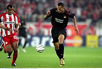 John cAREW contre RIVALDO - Olympiakos / Lyon - Champions League - 01.11.2005 - Foot Football - OL - largeur attitude joie de dos<br /> Foto: Digitalsport<br /> Norway only *** Local Caption *** 00011323