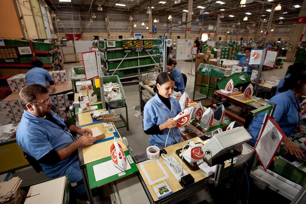 Varginha_MG, Brasil...Trabalhadores em fabrica de reatores em Varginha, Minas Gerais..Worker in manufacturing reactors in Varginha, Minas Gerais..Foto: LEO DRUMOND / NITRO