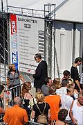 Nederland, Nijmegen, 18-7-2010Op de Wedren schrijven lopers zich in voor de tocht die dinsdag begint. 45.000 deelnemers hebben zich aangemeld. Dit jaar wordt voor het eerst gewerkt met polsbandjes met een barcode die de controle op het parcours makkelijker maakt. Vanwege het verwachte warme weer op dinsdag wordt die eerste dag een half uur eerder gestart en worden extra waterpunten ingericht.Foto: Flip Franssen/Hollandse Hoogte