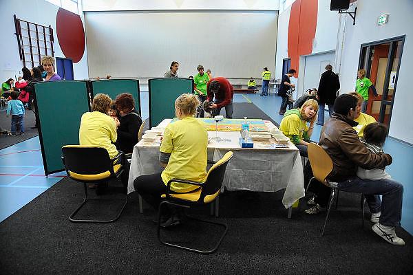 Nederland, Ubbergen, 27-11-2009Kinderen krijgen een griepprik  tegen de mexicaanse griep, van het griep vaccinatie team van de GGD. In een kleine sporthal prikken vrijwilligers en medewerkers van de g.g.d. de peuters aan de lopende band.Foto: Flip Franssen