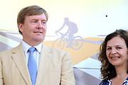 Uitreiking Gele trui na eerste etappe in Utrecht na de individuele tijdrit van 13,8 km.<br /> <br /> Presentation Yellow jersey after the first stage in Utrecht after the individual time trial of 13.8 km.<br /> <br /> Op de foto / On the photo:   Koning Willem Alexander en minister Edith Schippers