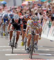 Der Englaender Mark Cavendish, vorne, gewinnt die 3. Etappe vor Oscar Gomez Freire, verdeckt, vor dem Dritten Thor Hushovd, (links)© Eddy Risch/EQ Images