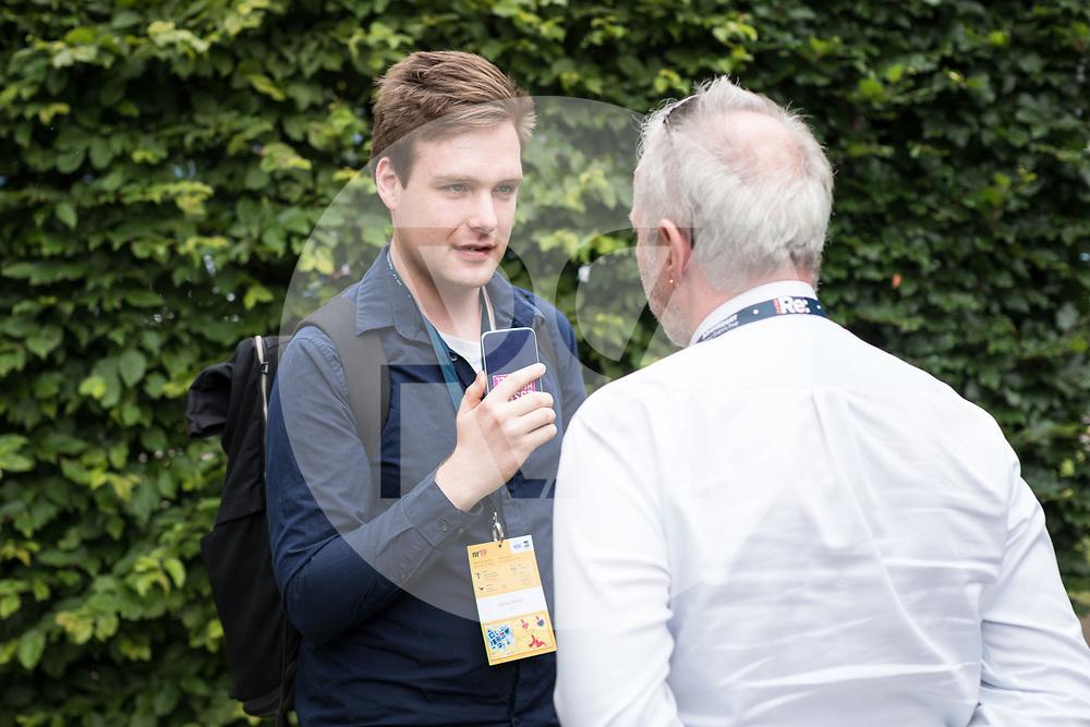 DEUTSCHLAND - HAMBURG - Hans Jessen (R) wird von Daniel Frevel (L) interviewt, an der netzwerk recherche e.V. Jahreskonferenz 2019 - 15. Juni 2019 © Raphael Hünerfauth - http://huenerfauth.ch