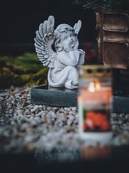 THEMENBILD - Grablichter, Kerzen und Engel zieren Gräber der Verstorbenen. Am 1. November gedenken Katholiken aller Menschen, die in der Kirche als Heilige verehrt werden. Das Fest Allerseelen am darauf folgenden 2. November, ist dem Gedaechtnis aller Verstorbenen gewidmet, aufgenommen am 30. Oktober 2020 in Kaprun, Oesterreich // Grave lights, candles and angels decorate the graves of the deceased. On All Saints' Day November 1, Catholics remember all people who are venerated as saints in the church. The festival Souls on the following November 2 is dedicated to the memory of all deceased, taken at the cemetery in Kaprun, Austria on 2020/10/30. EXPA Pictures © 2020, PhotoCredit: EXPA/Stefanie Oberhauser