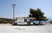 Griekenland, Nafpaktos, 5-7-2008Parkeerplaats met wegrestaurant, kantina.Foto: Flip Franssen