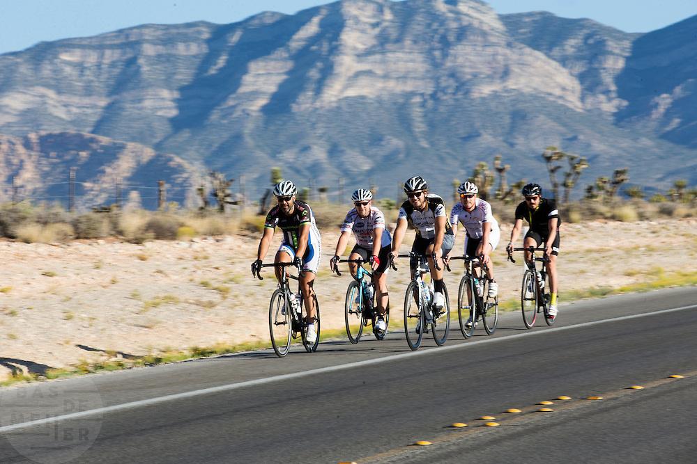 Een groep wielrenners rijdt over de fietsstrook langs de Red Rock Canyon Road buiten Las Vegas. De weg is populair bij fietsers.<br /> <br /> A group cyclists ride their road bikes near Red Rock Canyon Road outside of Las Vegas. The route is popular by cyclists.